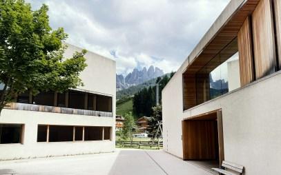 Naturparkhaus mit Blick auf die Geislerspitzen