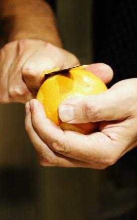 Schneiden der Orangenzeste