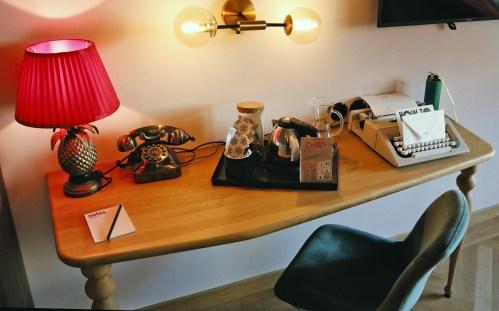 Schreibtisch mit Schreibmaschine im 25hours Royal Bavarian