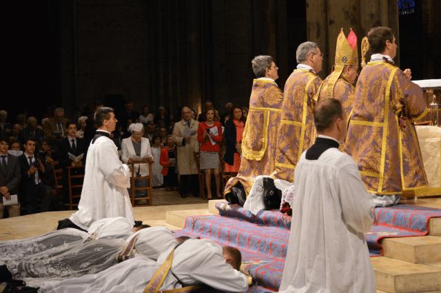 01 Prosternation des ordinands pendant le chant des litanies des saints © François N