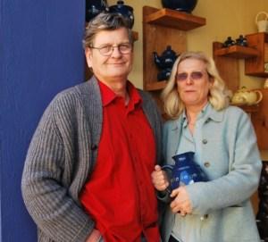 Das Unternehmerpaar Christel und Wolfgang Titze-Manigk eröffnen ihren Besuchern die weite Welt der Keramik. Foto: Lutz Reinhardt