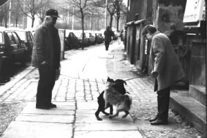 Die Alten und die Hunde in der Rosenthaler Straße. Die gibt es so hier schon lange nicht mehr! Foto: Petra Elsner
