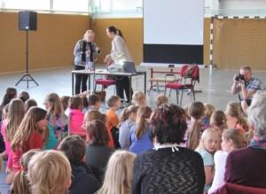 Letzte Absprachen zwischen mir und Verlegering Stephanie Schmook (rechts). Foto: Lutz Reinhardt