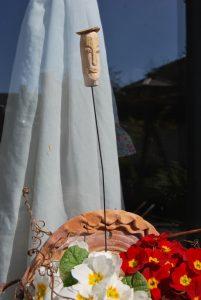 Blumentopf-Skulptur aus Lindenholz.