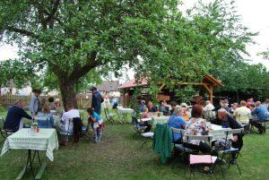 Unter alten Apfelbäumen auf dem Bohm-Kutschhof konnte man eine entspannte Kaffeezeit erleben.