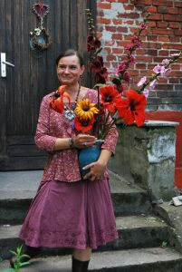 Ihre Lieblinge sind die Blumen: Margeriten, Kornblumen, Stockrosen und Klatschmohn – fein gearbeitet. Fotos: Lutz Reinhardt