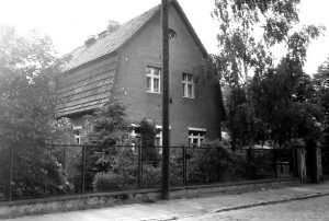 Das gelbe Haus. Zeuthen, Bahnstraße 10, anno 1990