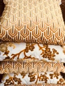 Samtkissen-45x45-gold-weiß-grafisch-schoscha-lindau