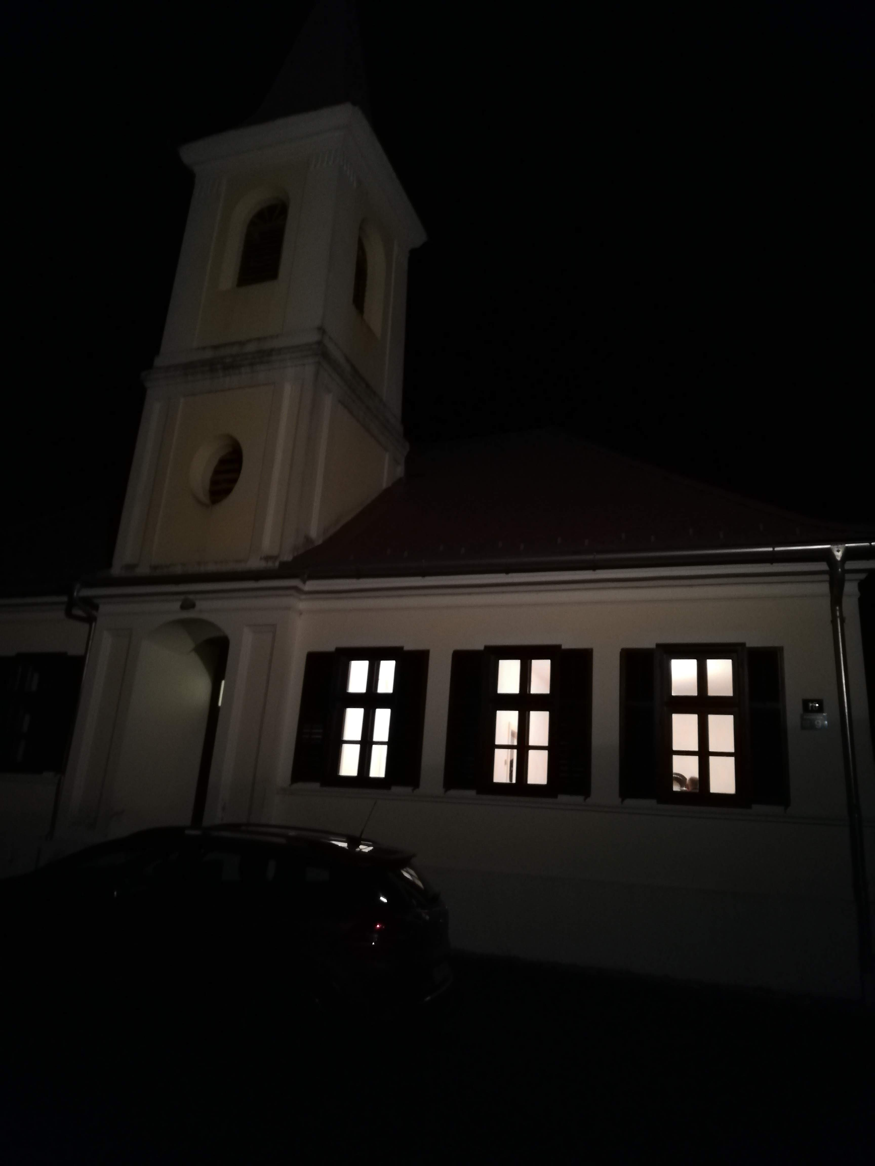 Schreibersdorfer Turmschule bei Nacht