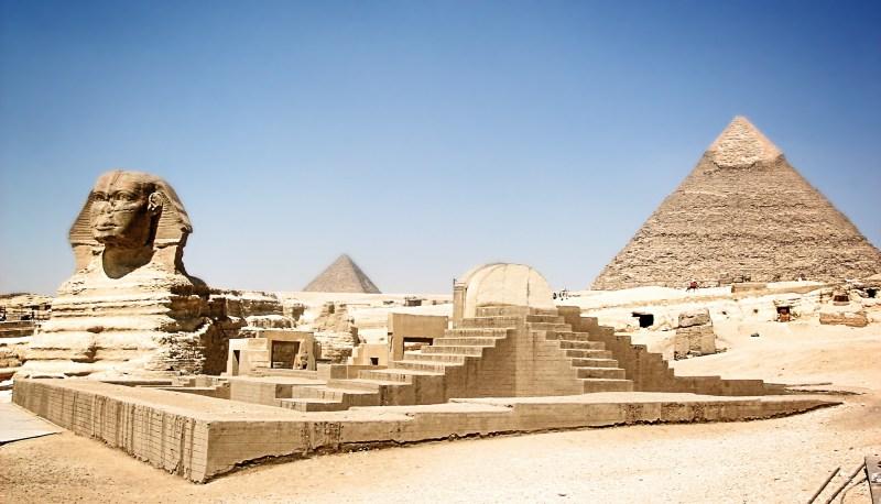 Sphinx und eine der Pyramiden von Gizeh