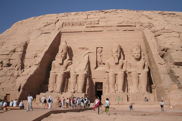 Touristen laufen zum Eingang des Tempels Ramses II in Abu Simpel
