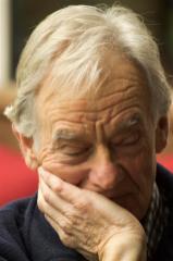 Zit Piet Janssen hier aandachtig te luisteren of ........