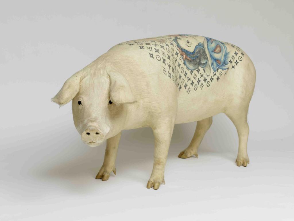 porc tatoué à l'effigie du prophète Marcel Duchamp
