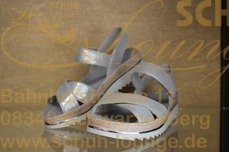 Diese modische und absolut bequeme Sandale besticht durch ihr flottes Design und das metalisierte Oberleder.
