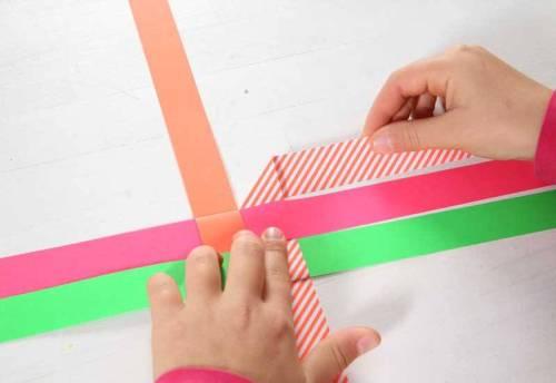 Falten Sie nun den oberen rechten Streifen 90° nach rechts hinten, sodass ein kleines Dreieck entsteht.