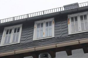 Die alten Holzfenster im Dachgeschoss des Schullandheim-Altbautrakts werden im Juli ausgetauscht. Foto: Christian Wolff