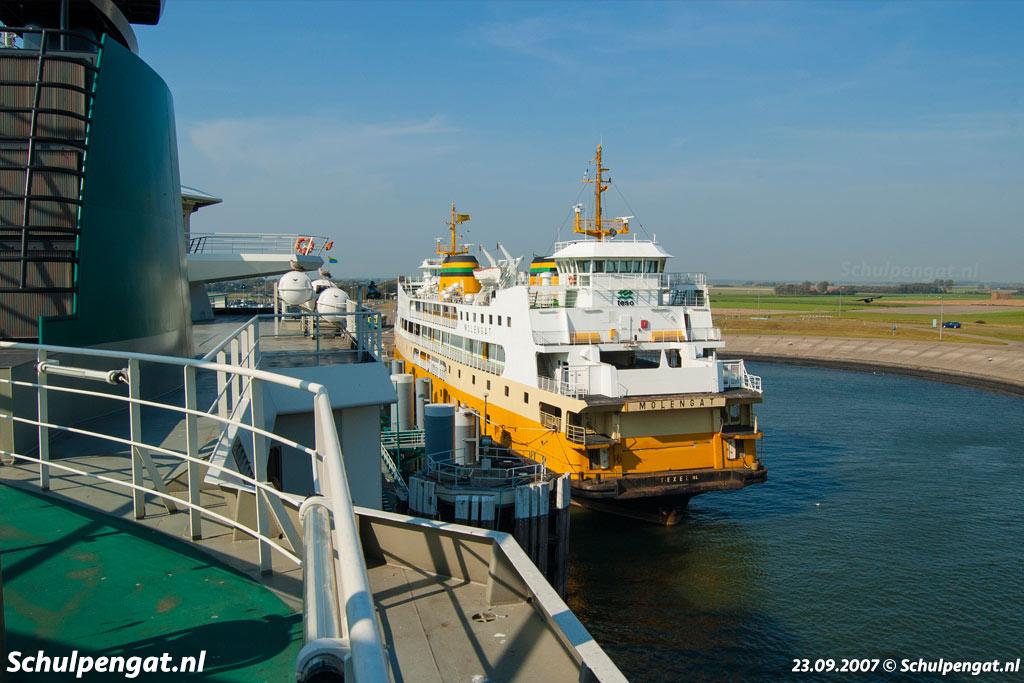 De TESO-veerboot Molengat in 2007 afgemeerd naast de fuik van het eiland Texel
