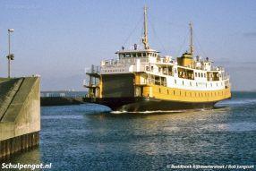 De Marsdiep nadert de Helderse fuik. De veerboot is hier te zien in de laatste kleurstelling met gele band en witte stuurhuiskappen.