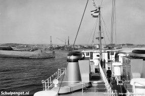 Tijdens de proefvaart met genodigden legt de Marsdiep eventjes aan bij de veerstoep van 't Horntje. Op 19 februari 1964 bezoekt de Marsdiep de veerhaven echt voor het eerst.