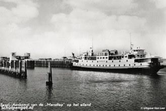 Op de achtergrond ligt, naast de fuik, de Koningin Wilhelmina. Ook een koplader, maar het schip kon niet aanmeren in de fuik voor de Marsdiep vanwege de geringe breedte van het schip.
