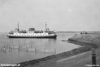 Een nieuwe bootlading Texelaars en toeristen nadert het eiland. De Texelstroom (I) had een capaciteit van 70 auto's.