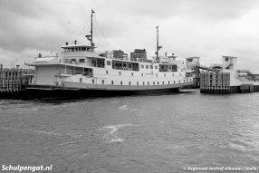 Tijdens de normale dienst wordt er onderhoud gepleegd aan de Marsdiep. Hier zien we iemand de flank schilderen terwijl het schip in de fuik van Den Helder ligt.