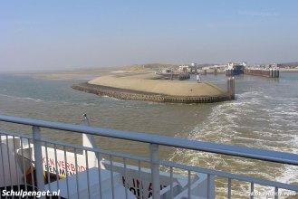 De Molengat vaart naar Den Helder terwijl we het havenhoofd van Texel zien.