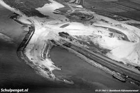 In 1961 worden de eerste countouren zichtbaar van de nieuwe TESO-veerhaven van 't Horntje op Texel.