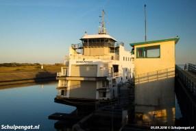 Het laatste daglicht van de eerste septemberdag van 2018 valt op de TESO-veerboot Schulpengat (1990).