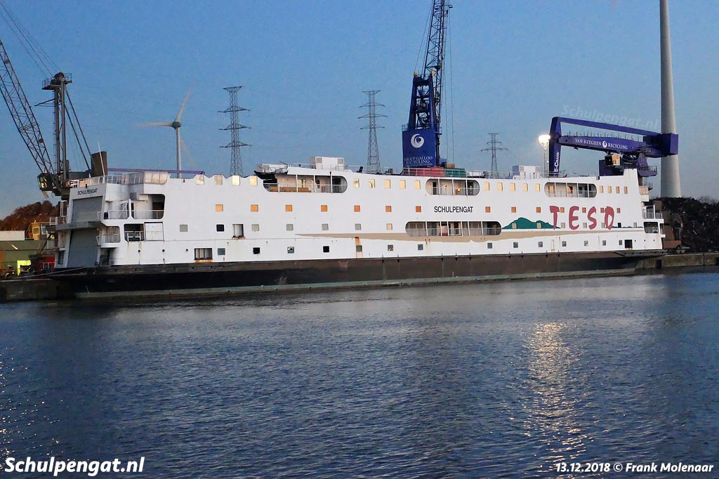 De Schulpengat zonder stuurhuizen en zonder schoorstenen in Gent. Een stuurhuis komt terug naar Texel, de andere zien we net als de rest van de veerboot hoogstwaarschijnlijk terug als scheermesje.