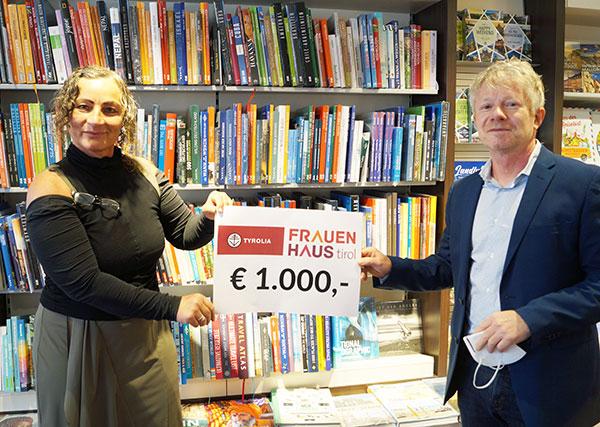 Mag.a Gabriele Plattner vom Tiroler Frauenhaus und Mag. Stephan Bair von der Tyrolia freuten sich gemeinsam über die 1000 Euro-Spende zugunsten von Gewalt bedrohter Frauen. | © Tyrolia