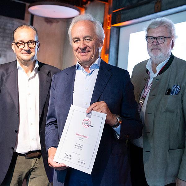 (v.l.n.r.): Mark Backé (Jury-Mitglied Motorworld Buchpreis), Konrad Delius (Verleger Delius Klasing Verlag), Jürgen Lewandowski (Jury-Vorsitzender Motorworld Buchpreis) | © Delius Klasing Verlag