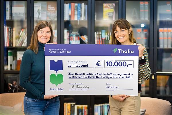 Andrea Heumann (GF Thalia) übergibt den Spendenscheck an Mag. Leinzinger (Jane Goodall Institute Austria) | © Thalia