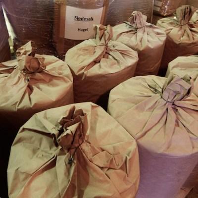 Nach dem Trocknen wird das Salz in Säcke verpackt und gelangt dann zu unserem Partner, den Behindertenwerkstätten der Kapar-Hauser-Stiftung Berlin zum verpacken.