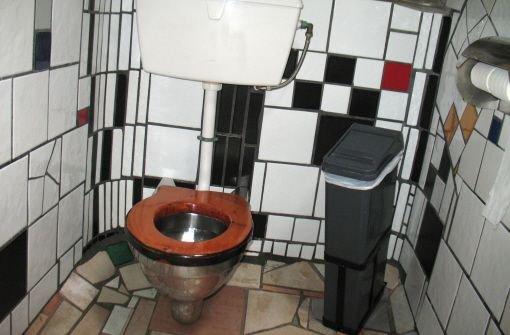 Eine von Friedensreich Hundertwasser gestalteten Toilette in dem neuseeländischen Örtchen Kawakawa.  Foto: dpa