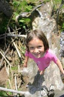 Kind im Wasserlauf