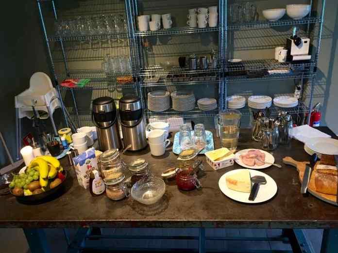 Vieles auf dem Frühstücksbuffet kommt von regionalen Produzenten. (Foto Andrea Ullius)