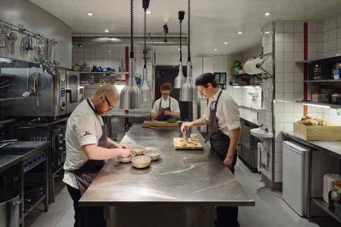 In der Küche arbeitet man Hand in Hand. (Foto: Koka / Bornstein Lyckefors)