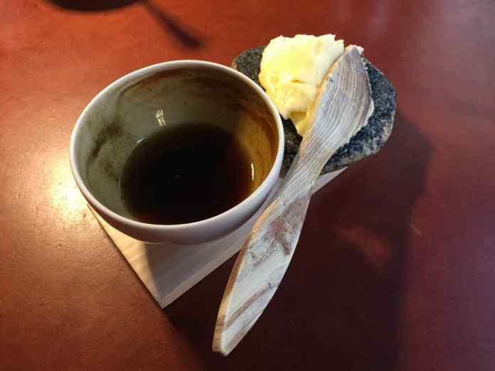Der Butter kommt aus dem Top auf einen Stein. (Foto: Andrea Ullius)