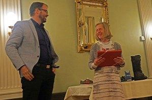 Barbara Artmann erhält Geschenk
