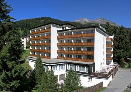 Aus dem in die Jahre gekommmen Betrieb in Davos werden Wohnungen an attraktiver Lage entstehen. Quelle: Sunstar Holding AG