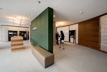 Das Empfangsdesk in der neuen Geschäftsstelle der Bank Linth in Sargans. Bild: Bank Linth/Heidi Arens