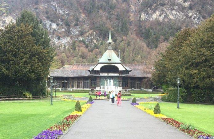 Der Zugang zum Casino durch den Park zieht asiatische Besucher in den Bann. Quelle: Holger Geissler, Schweizeraktien.net
