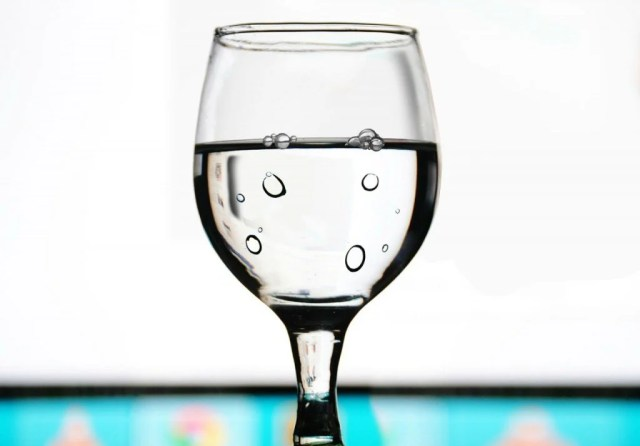 Por que as bolhas se formam em um copo de água que é deixado de fora?