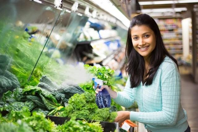 Por que os vendedores em mercearias pulverizam água em frutas e legumes?