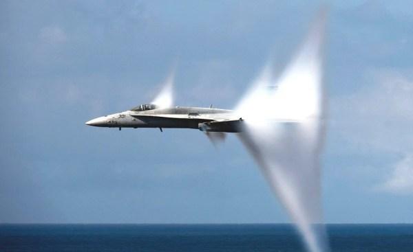 Um avião que quebrou a barreira de som, é completamente silencioso dentro da cabine?