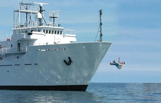 O que acontece quando alguém cai de um navio?