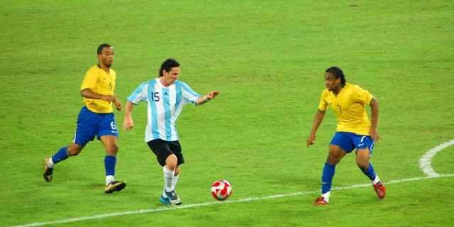 Messi dribble Messi olympics-soccer-7