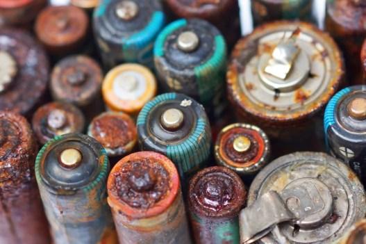 Vazamento de bateria velha isolado Conceito de resíduos perigosos (wk1003mike) s