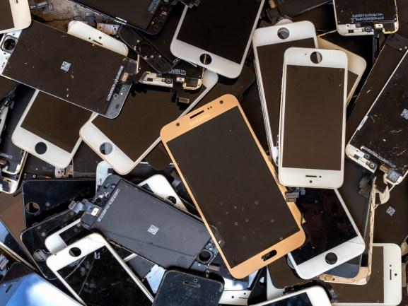 pilha de tela quebrada do smartphone (lixo eletrônico, lixo eletrônico) (Poravute Siriphiroon) s
